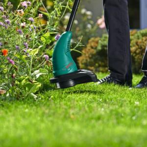 Podkaszarka Bosch pomaga utrzymać porządek wzdłuż ścieżek, murów, drzew i rabat. Fot. Bosch.