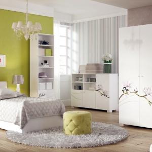 Kolekcja Grace. Białe meble świetnie sprawdzą się w pokoju młodej damy. Pojemna szafa oferuje dużo miejsca do przechowywania. Fot. Meblik.