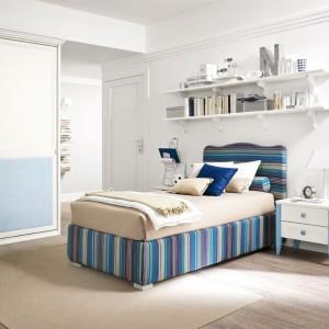 Łóżko musi być przede wszystkim wygodne, ale jeszcze lepiej jeśli będzie miało również ciekawy wygląd. Duże wrażenie z pewnością zrobi łóżko tapicerowanie kolorową tkaniną. Fot. Colombini Casa.