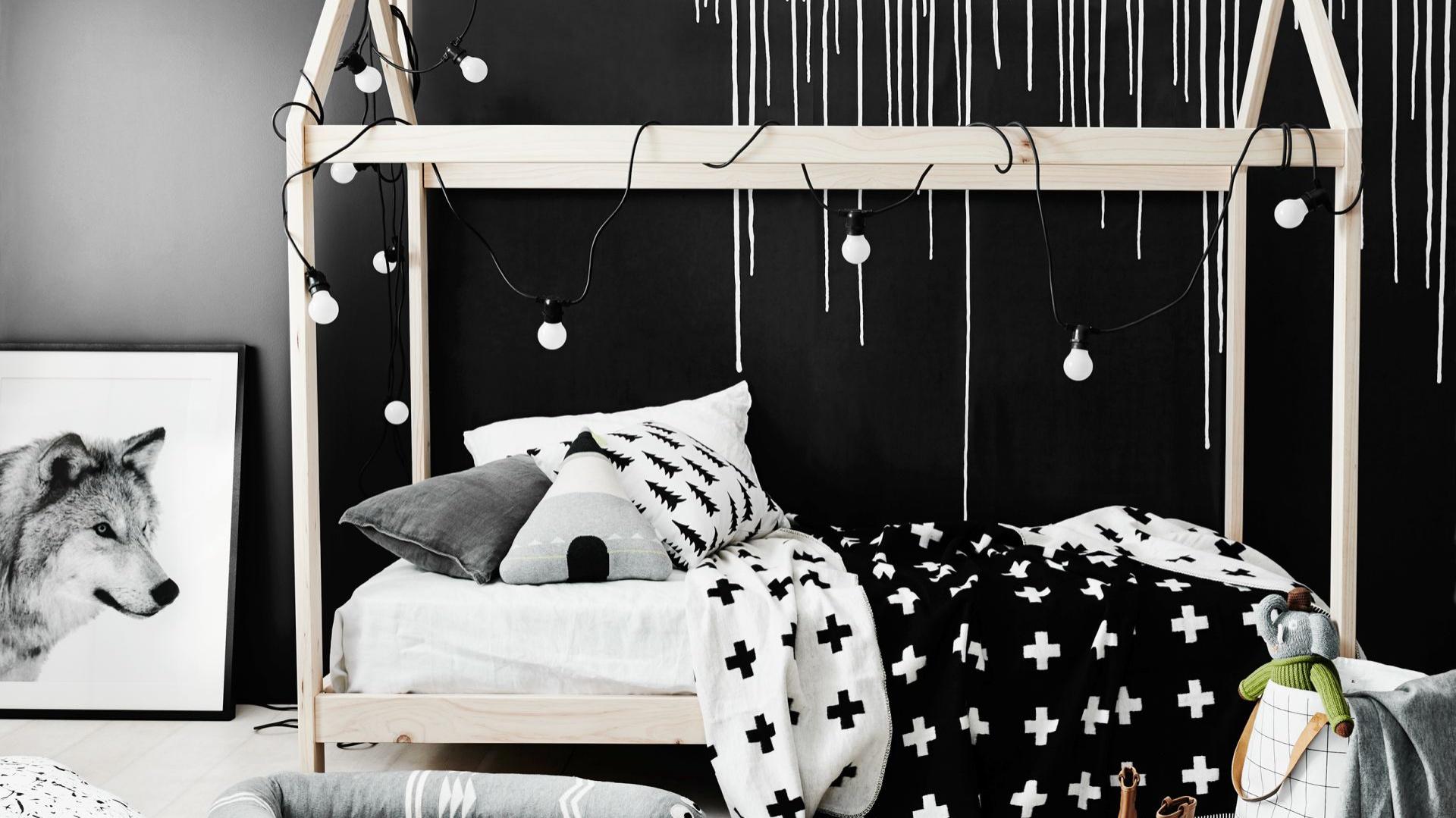 Oryginale łóżka lubią nie tylko kilkuletnie dzieci, ale też nastolatki. Aranżacja wnętrza z takim meblem w roli głównej, wzbogaconym o subtelne girlandy, czasem pozwoli poczuć się jak dziecko nawet prawie dorosłej dziewczynie. Fot. Norsu Interiors.