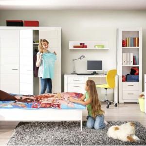 Białe meble to dobre rozwiązanie do każdego wnętrza, również do pokoju nastolatki. Pięknie rozjaśniają wnętrze, jak i znakomicie komponują się z dodatkami w każdej kolorystyce. Dzięki temu można modyfikować aranżacje zmieniając jedynie dekoracje. Zestaw Snow marki Agata Meble. Fot. Agata Meble.
