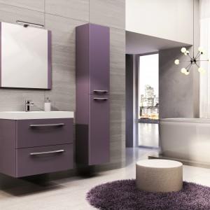 Fioletowe meble doskonale ożywią przestrzeń łazienki. Warto jednak pamiętać, aby pozostałe materiały czy dodatki były już w bardziej stonowanej plecie barw. Fot. Elita.