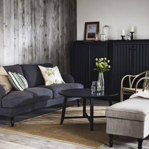 Kredens Arkelstrorp wykonany z litego drewna dostępny jest w czarnym kolorze. Regulowana długość nóg zapewnia stabilność nawet na nierównej podłodze. Fot. IKEA.