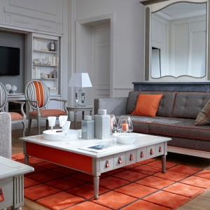 Meble marki Grange produkowane we Francji przez tamtejszych rzemieślników przy użyciu tradycyjnych technik. Rodzaj wykończenia dobierany indywidualnie – tkanina, kolor drewna i stopień postarzenia powierzchni. Fot. Grange.