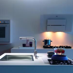 W tej kuchni w kolorze białym jest zarówno piekarnik Franke CR 981 M WH M DCT z linii Crystal, jak i okap Maris. Piekarnik posiada innowacyjny systemem DCT, który wykorzystuje zupełnie nową, energooszczędną metodę grzania – Dynamic Cooking Technology. Okap Maris, charakteryzuje się zaś oszczędną, prostą formą i gładką powierzchnią. Fot. Franke.