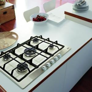 Delikatnie wybijająca się na tle białego blatu płyta jest subtelnym, ale intrygującym akcentem w kuchni. Fot. Franke.