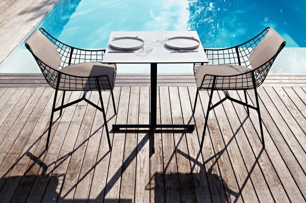Meble wykonane z metalu są trwałe i łatwe do utrzymania w czystości. Zapewniają wygodny odpoczynek w ogrodzie, na balkonie czy tarasie i pięknie się prezentują.