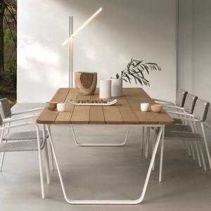 Stół z kolekcji Air to połączenie aluminiowej podstawy o oryginalnym kształcie z  drewnianym blatem. Fot. Manutti.