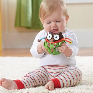 Gumowa sówka z kręcącą się głową i mnóstwem otworków ułatwiających trzymanie, do których można wkładać paluszki, sprawi wiele radości kilkumiesięcznemu bobasowi. Fot. Skip Hop.