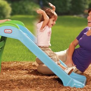Dzieci uwielbiają zabawę na zjeżdżalni. Niewielki model sprawi dużą frajdę dwu i trzylatkom. W słoneczne dni można ją ustawić w ogrodzie, a gdy pada deszcz - w pokoju dziecka lub salonie. Fot. Toysrus.