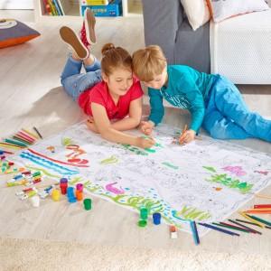 Duża kolorowanka podłogowa z kolekcji Reksio dostępna w Empiku umożliwia wspólne kolorowanie nawet czwórce dzieci. Podarunek rozbudzi kreatywność oraz pomoże rozwinąć zdolności manualne. Fot. Empik.