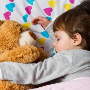 Pluszowy miś zawsze jest dobrym prezentem. Sympatyczna maskotka ucieszy zarówno malucha, jak i nastolatka, a nawet dorosłą osobę. Ponadto można go kupić praktycznie w każdym sklepie z zabawkami. Fot. Shutterstock.