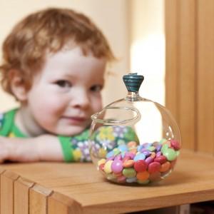 Chyba każde dziecko lubi słodycze. Możemy ofiarować je jako osobny prezent lub jako smaczny dodatek do zabawki. Fot. Barbara Votik-Glash.
