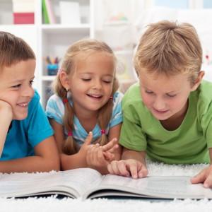 Czytanie rozwija wyobraźnię i uczy kreatywnego myślenia. Dlatego z okazji Dnia Dziecka warto zafundować dziecku fajną książkę przygodową lub zbiór baśni. Fot. Shutterstock.