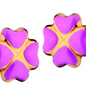 Kolczyki ze złota marki Apart w kształcie kwiatków, pokryte są na płatkach różową emalią. Taki prezent z pewnością ucieszy nie jedną kilkulatkę. Fot. Apart.