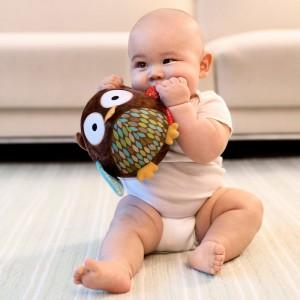 Miękka, pluszowa sówka uszyta z kolorowych tkanin marki Skip Hop sprawi masę radości najmniejszym bohaterom Dnia Dziecka. Fot. Skip Hop.