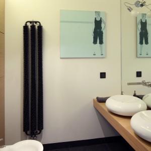 W łazience urządzonej w klimacie loft zdecydowano się na grzejnik o ciekawej formie. Projekt: Justyna Smolec. Fot. Bartosz Jarosz.