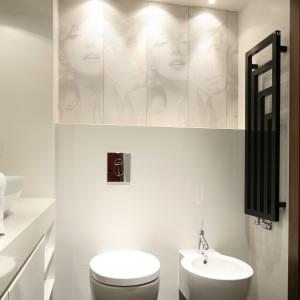 Czarny grzejnik stanowi doskonały kontrast dla koloru białego dominującego w łazience. Projekt: Małgorzata Galewska. Fot. Bartosz Jarosz.