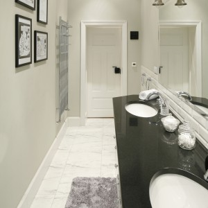 W łazience urządzonej w klasycznym, eleganckim stylu zdecydowano się na stylowy, chromowany grzejnik. Projekt: Iwona Kurkowska. Fot. Bartosz Jarosz.