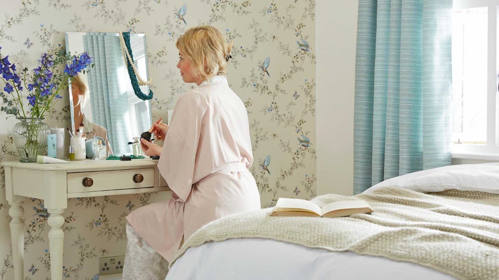 Toaletka to niezwykle praktyczny element wyposażenia sypialni, dedykowany kobietom. Skupia w jednym miejscu kosmetyki oraz biżuterię, a także pozwala szybko poprawić wygląd, zanim zobaczą nas domownicy. Fot. B&Q.
