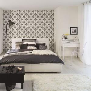 Toaletka nie musi przykuwać wzroku. Może być subtelnym uzupełnieniem wyposażenia sypialni, nie odwracając uwagi od największych dekoracji wnętrza, np. ściany ozdobionej dekoracyjną tapetą. Fot. Rash.