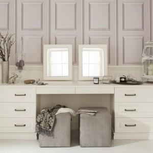 Prywatną przestrzeń urody można urządzić np. we wnęce czy garderobie. Wówczas można wykorzystać obszerny mebel na całą powierzchnie ściany. Fot. Hammonds Furniture.