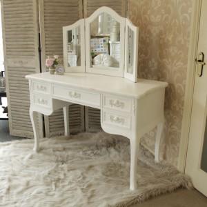 Biała, elegancka konsola w stylu francuskim podkreśli urok sypialni. Pięć szuflad, w tym jedna duża oraz trzyskrzydłowe lustro sprawiają, że mebel jest  jest nie tylko piękny, ale i praktyczny. Fot. Melody Maison.