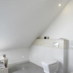 W łazience doskonale przemyślano kwestię oświetlenia. Wiele punktów dostarcza odpowiednią ilość światła. Fot. Bartosz Jarosz.