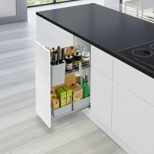 CookingAGENT pozwala zebrać wszystko, co jest niezbędne podczas gotowania w jednym miejscu: przyprawy, zioła, butelki z octem i oliwą, narzędzia kuchenne, deski do krojenia. Fot. Peka.
