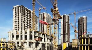 """Według badań, tylko przez pierwsze trzy miesiące bieżącego roku, złożono o 15% więcej pozwoleń na budowę domów jednorodzinnych niż przed rokiem. Liczba mieszkań deweloperskich, oddanych do użytku, spadła o 14%. Polacy chętniej """"budują s"""