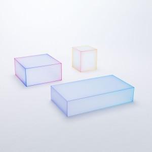 W trakcie tegorocznego Milan Design Week, Oki Sato i Glas Italia zaprezentowali przepiękne, delikatne szklane stoły, wykonane z matowego szkła. Fot. Kenichi Sonehara.