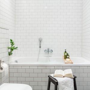 """Białe płytki """"cegiełki"""" dodają uroku małej łazience. Sprawiają, że nabiega ona oryginalnego charakteru. Fot. Fantastic Frank."""