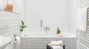 W łazience urządzonej w stylu skandynawskim króluje biel i naturalne materiały. Jak ją urządzić? Zajrzyjcie do naszej galerii.