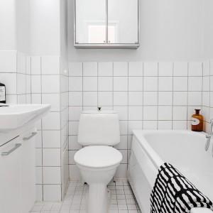 W łazience zdecydowano się na ułożenie płytek do pewnej wysokości, pozostałą część pomalowano wodoodporną farbą. Fot. Alvhem Mäkleri.
