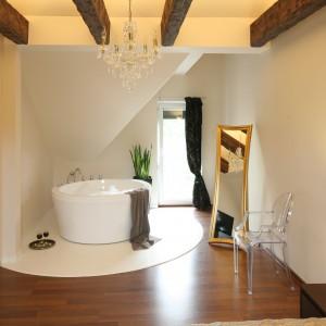 Integralna częścią sypialni jest strefa kąpielowa, wyposażona w elegancką wannę wolno stojącą. Szyku tej strefie dodaje lustro oprawione w złocona ramę. Projekt: Piotr Stanisz. Fot. Bartosz Jarosz.