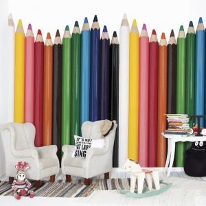 Kolorowe kredki to niezbędny ekwipunek przedszkolaka oraz ucznia. Te przybory plastyczne doskonale prezentują się nie tylko w piórniku, ale również na ścianie w formie dekoracyjnej tapety firmy Mr Perswall. Kolekcja Hide&Seek. Fot. Mr Perswall.