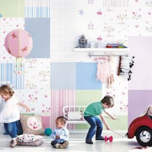 Tapeta z serii Lollipops marki JVD przypomina tkaninę uszytą metodą patchworku. Kwadraty i prostokąty w różnych wzorach i kolorach rozweselą wnętrze oraz podkreślą jego dziecięcy charakter. Fot. JVD.