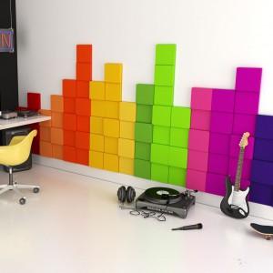 Ścianę można ozdobić też miękkimi panelami 3D o fakturze przypominającej aksamit marki Fluffo. Kolorowe kształtki przymocowane do powierzchni sprawiają, że ściana staje się miękka, przytulna i bardzo efektowna. Fot. Fluffo.