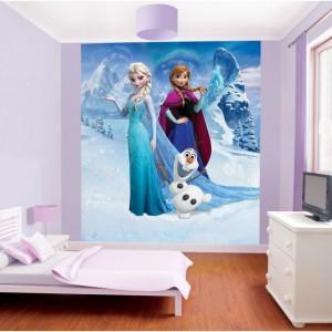 Aby ożywić wygląd pokoju dziewczynki, jedną ze ścian można ozdobić fototapetą z bohaterami ulubionej bajki. Taka dekoracja z pewnością wzbudzi zachwyt małej gospodyni i jej koleżanek. Fot. Sumo.