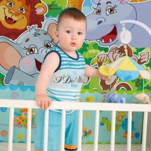Hipopotamy, zebry, słonie i żyrafy to bohaterowie tapety z serii Zwierzaki marki Minka Kids. Roześmiany zwierzyniec będzie piękną dekoracją pokoju niemowlaka. Fot. Minka Kids.