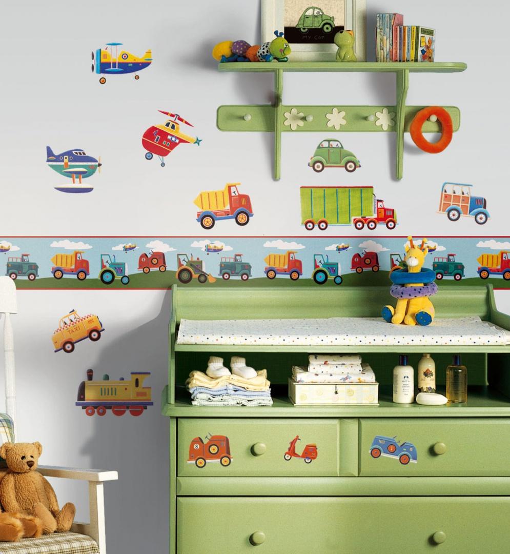 Szybkim i tanim sposobem na urozmaicenie ściany są naklejki ścienne. Z dostępnych w sklepach zestawów można tworzyć niepowtarzalne kompozycje, angażując w to również dziecko. Fot. Becky and Lolo.