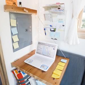 W razie potrzeby, blaty można złożyć równolegle do ściany, aby nie zajmowały miejsca. Jeśli jednak domownicy potrzebują np. popracować, w każdej chwli mogą mebel rozłożyć. Projekt i zdjęcia: Alek Lisefski