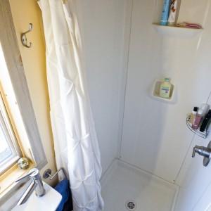 W strefie prysznica zamontowano praktyczne, podręczne półki na niezbędne kosmetyki. Projekt i zdjęcia: Alek Lisefski.