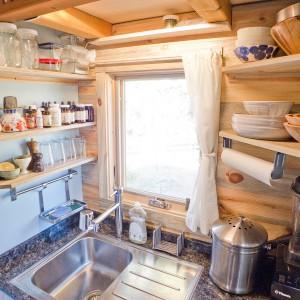 Jednokomorowy zlewozmywak z ociekaczem jest idealnym rozwiązaniem do bardzo małej kuchni. Projekt i zdjęcia: Alek Lisefski.