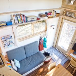 W domu właściciel nie pozwolił sobie na nawet najmniejsze zmarnowanie przestrzeni. Wszelkie miejsca zostały zagospodarowane. Pod sufitem w salonie poprowadzono rzędy półek, na których przechowywać można rzeczy, używane rzadziej. Projekt i zdjęcia: Alek Lisefski.