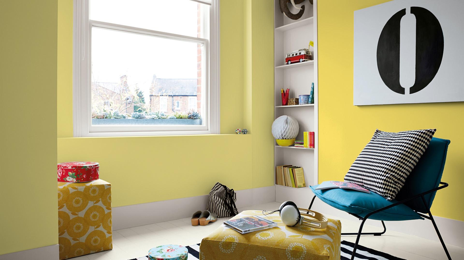 Salon, w którym ściany pomalowano fabrą hydrofobową. Fot. Dulux.