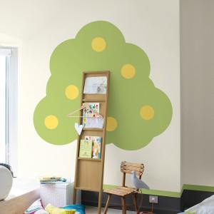Pomalowanie ścian w nietypowy sposób z pewnością ożywi pokój dziecka. Ciekawym pomysłem może być namalowane na ścianie drzewo, którego pniem będzie półeczka z książkami. Fot. Dulux