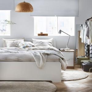 Łóżko z serii Askvoll marki IKEA z regulowanymi bokami pozwalają na użycie materacy o różnej grubości. Ponadto 28 warstwowo klejonych listew brzozowych dopasowuje się do masy ciała i zwiększa elastyczność materaca. W zestawie również szafa i komoda. Fot. IKEA.