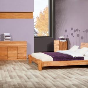 Zestaw Bona, dostępny w sklepie Beds.pl, tworzy łóżko z solidnymi nogami, komoda oraz szafki nocne -  wszystkie elementy wykonane z litego drewna jesionowego. Regulacje wysokości łóżka umożliwia zastosowanie do niego praktycznego pojemnika na pościel lub wygodnego stelaża. Fot. Beds.pl.