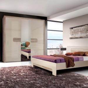 Komplet do sypialni Tiziano marki Meble Forte w harmonijnej kolorystyce. Ozdobne, ryflowane listwy w formie uchwytów oraz dekoracyjne frezy podkreślają segmentową konstrukcję frontów. Fot. Meble Forte.